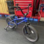 HARO BIKES キッズバイク SHREDDER16にカゴ&スタンドを取り付けです。